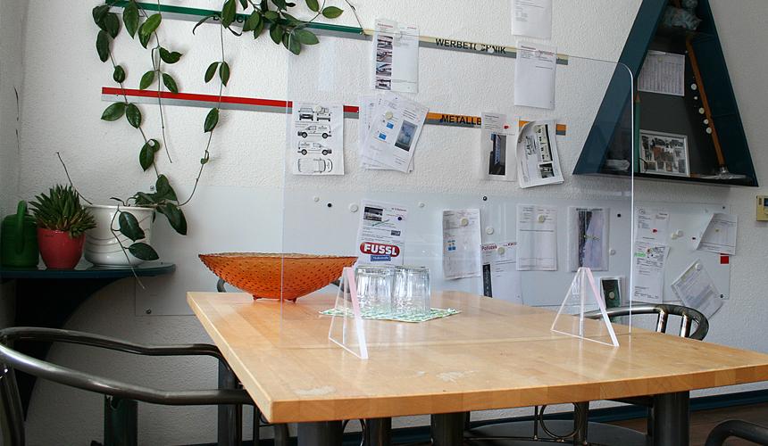 individueller Spuckschutz für den Schreibtisch